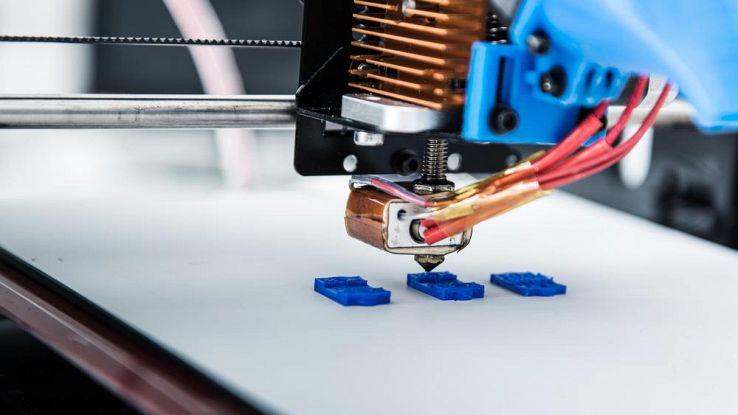 L'immagine rappresenta una stampante 3D, utilizzata per la realizzazione degli Smart Object di MOSAIC, oggetti volutamente neutri e altamente personalizzabili dal docente secondo le esigenze del bambino autistico